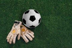 Перчатки футбольного мяча и голкипера Стоковые Фото