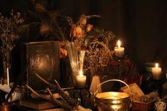 Пер павлина колдовства и предпосылка свечи Стоковые Фото
