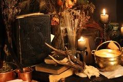 Пер павлина колдовства и предпосылка свечи Стоковая Фотография