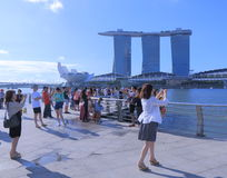 Пески и туристы залива Марины в Сингапуре Стоковое фото RF