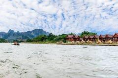 Песня реки берега реки деревни на Vang Vieng Стоковое Изображение