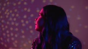 Песня сиротливой молодой женщины слушая любимая романтичная на партии, грустной после распада видеоматериал