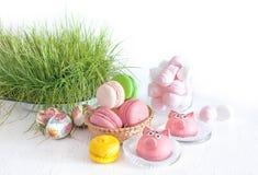 Песня яичек, macaroon пасхи сладостная, зефир, сладостные пироги, свиньи в пастельных цветах стоковое изображение