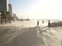 Песок ветра дуя над прогулкой пляжа в Тель-Авив сток-видео