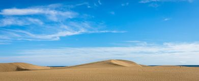 Песок в дюнах Maspalomas, малой пустыне на Gran Canaria, Испании Песок и небо Изображение панорамы Стоковые Фото