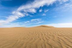 Песок в дюнах Maspalomas, малой пустыне на Gran Canaria, Испании Песок и небо Стоковое Фото