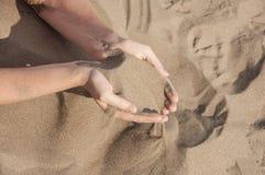 Песок в руках Стоковая Фотография