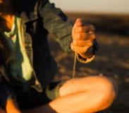Песок девушки в его handsn стоковое изображение rf