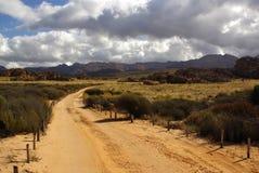 песок дороги ландшафта пустыни Африки утесистый Стоковые Изображения