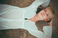 песок девушки лежа стоковое фото