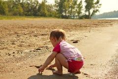песок игры пляжа младенца Стоковое Изображение RF