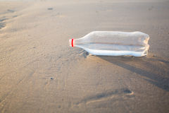 Песок и бутылка на пляже Стоковая Фотография