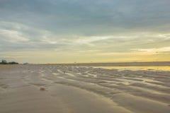 Песок и пляж с заходом солнца Стоковое Фото