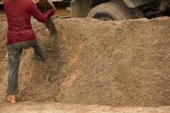03-06-2017 песок карьеры песка черпая компонент в конструкции Использованный в смешивать с минометом Сельчанин вдоль реки Pai, sa Стоковые Фотографии RF