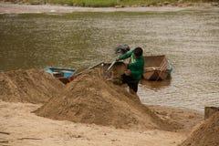 03-06-2017 песок карьеры песка черпая компонент в конструкции Использованный в смешивать с минометом Сельчанин вдоль реки Pai, sa Стоковые Фото
