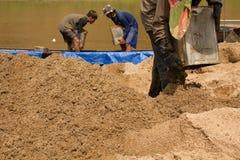 03-06-2017 песок карьеры песка черпая компонент в конструкции Использованный в смешивать с минометом Сельчанин вдоль реки Pai, sa Стоковая Фотография