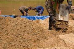 03-06-2017 песок карьеры песка черпая компонент в конструкции Использованный в смешивать с минометом Сельчанин вдоль реки Pai, sa Стоковые Изображения