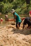 03-06-2017 песок карьеры песка черпая компонент в конструкции Использованный в смешивать с минометом Сельчанин вдоль реки Pai, sa Стоковое Фото
