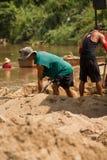 03-06-2017 песок карьеры песка черпая компонент в конструкции Использованный в смешивать с минометом Сельчанин вдоль реки Pai, sa Стоковое Изображение