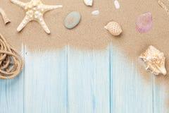 Песок моря с морскими звёздами и раковинами Стоковые Фото