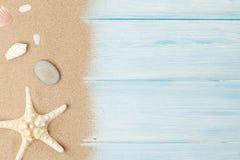 Песок моря с морскими звёздами и раковинами Стоковое Изображение RF