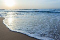 Песок мытья волн пляжа Стоковое фото RF
