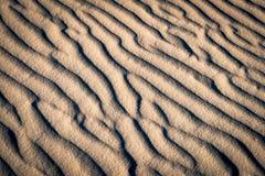 песок пульсаций картины дюн крупного плана красный Стоковая Фотография