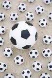 Песок пляжа много размеров футбольных мячей футболов различного Стоковые Фото