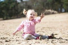 Песок ребенка бросая в лесе Стоковое Фото