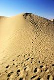 песок следов ноги дюны Стоковое Фото