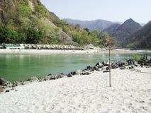 Песок стороны реки с сетью волейбола стоковая фотография rf