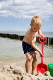 песок dig мальчика пляжа стоковые фотографии rf