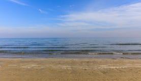 песочное пляжа пустое Голубое небо и море на вечере крупного плана eyedroppers высокий разрешения взгляд очень Стоковое Изображение