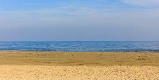 песочное пляжа пустое Голубое небо и штиль на море крупного плана eyedroppers высокий разрешения взгляд очень Стоковое Изображение
