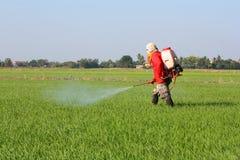 Пестицид фермера распыляя Стоковые Фотографии RF