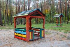 Пестротканая деревянная спортивная площадка в парке Стоковые Изображения RF