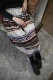 Пестротканая плиссированная юбка на тонкой девушке стоковое изображение