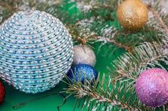 Пестротканая сияющая рождественская елка шариков Стоковая Фотография RF