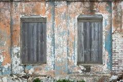 Пестротканая стена шелушения и всходить на борт вверх по окнам Стоковое Изображение