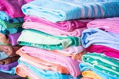 Пестротканая ткань в внешнем рынке, красочной смеси полотенца Стоковое Изображение RF
