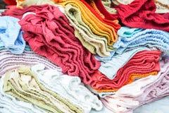 Пестротканая ткань в внешнем рынке, красочной смеси полотенца Стоковая Фотография