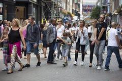 Пестротканая толпа идет вдоль улицы Carnaby Улица Carnaby одна из главных торговых улиц Лондона Стоковая Фотография