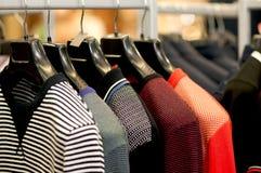 Пестротканая striped одежда на вешалках Стоковая Фотография RF