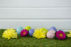 Пестротканое пасхальное яйцо на траве Стоковые Изображения
