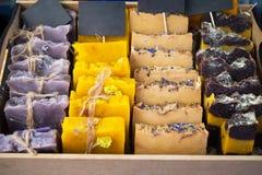 Пестротканое handmade мыло украшено с целебными травами оно положено вне на счетчик магазина и отрезать в части стоковая фотография