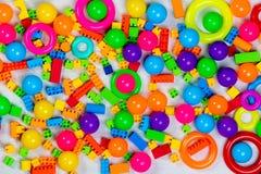 Пестротканые блоки и кирпичи игрушек стоковые фото