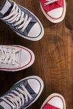 Пестротканые ботинки спортзала молодости на поле Стоковое Изображение