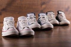 Пестротканые ботинки спортзала молодости на поле Стоковые Фотографии RF