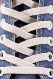 Пестротканые ботинки спортзала молодости на поле Стоковое Изображение RF