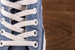 Пестротканые ботинки спортзала молодости на поле Стоковые Изображения RF